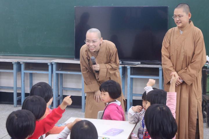 南海寺僧團為小居士授課