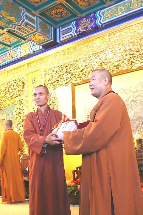 如證和尚2016年9月大陸參訪,與靈光寺住持常藏大和尚(右)合影