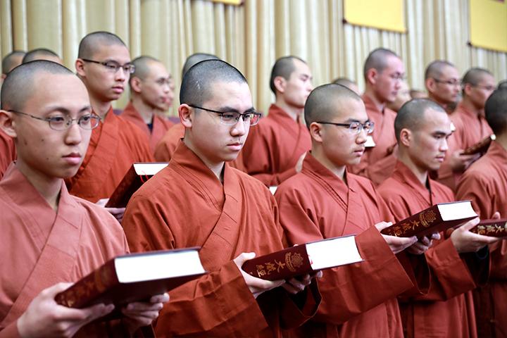 福智比丘僧團恭敬捧著大藏經。