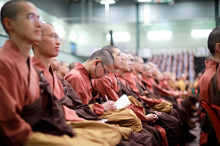 福智比丘僧眾專注聞法。